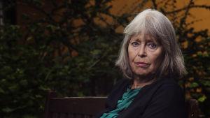 Författaren Agneta Pleijel sitter ute på en bänk.