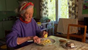 Dora Siivonen äter sill och potatis, 2013