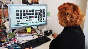 Pukusuunnittelija Erika Turunen työhuoneessaan Kansallisoopperalla