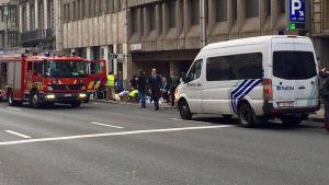 Kaos vid metrostationen Malbeek efter explosion i Bryssel.