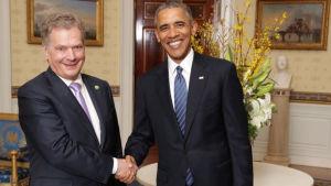 Sauli Niinistö skakar hand med Barack Obama