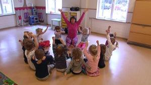 FSI håller barnyoga på Folkhälsans daghem i Grankulla.