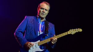 Glen Campbell spelar gitarr på scenen