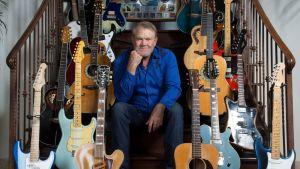 Glen Campbell bland sina gitarrer