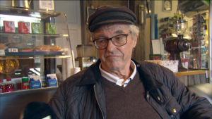 Man intervjuas i Sideby kafé.