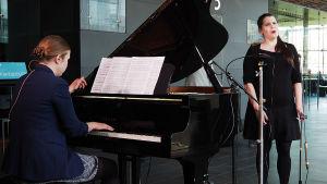 Pianisti Sonja Hendunen ja sopraano Annika Leino.