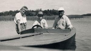 Tuomas ja Toivo Haapanen ja Taneli Kuusisto veneessä 1930-luku