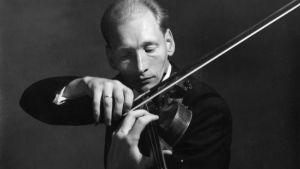 Tuomas Haapanen soittaa viulua