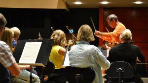 Kapellimestari Okko Kamu Sinfonia Lahden harjoituksissa 10.5.2016.