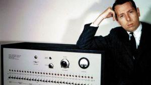 Forskare Stanley Milgram vid sin elchockslåda.