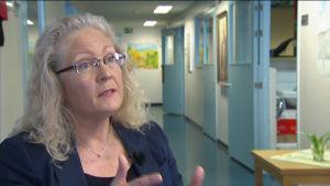 Kvinna intervjuas i sjukhusaulan i Åbolands  sjukhus.