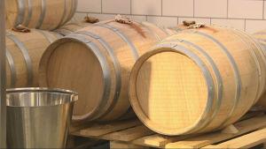 Whisky lagras i minst tre år på ekfat