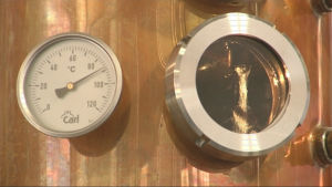 Mätare och fönster på destilleringsapparat