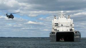 Holländska landstigningsfartyget HNLMS Johan de Witt och landande Cougar-helikopter. BALTOPS-manövern i Hangö, juni 2016.