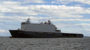 Holländska landstigningsfartyget HNLMS Johan de Witt under BALTOPS-manövern i Hangö, juni 2016.