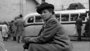 Nainen odottaa bussia Helsingin linja-autoasemalla 1949.