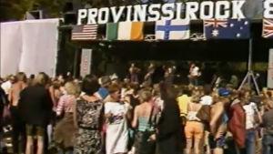 Yleisöä Provinssirockin lavan edessä 1985.
