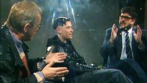 Martti Grönfors, Yazka ja Hannu Suhonen väittelevät lasikuutiossa.