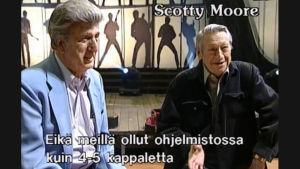 D. J. Fontana ja Scotty Moore haastateltavina studiossa.