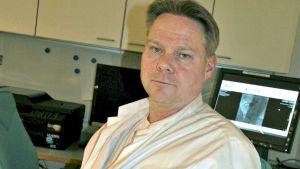 Överläkare Pasi Karjalainen från Satakunta centralsjukhus i vit rock.