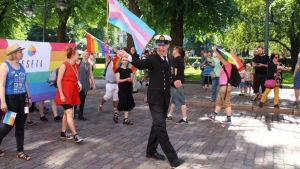 Översergeant Juho Pylvänäinen deltog i Prideparaden i Helsingfors iklädd uniform.