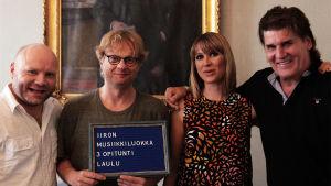 Iiro Rantala, Veera Railio, Petri Bäckström ja Frederik luokkakuvassa.