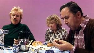 Pontsan perhe istuu kahvipöydässä, näyttelijät vas. Kari Heiskanen, Eeva Litmanen, Esko Hukkanen.