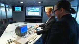 Mikko Hyppönen ja Jyrki Kasvi ihastelevat Commdore 64 -tietokonetta.