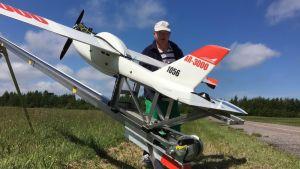 Verkställande direktör Ronald Lindberg vid Avartek med det obemannade flygplanet.