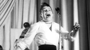 Sirkka Suojoki Suomen Elvis Presley -kilpailussa Helsingin työväentalolla.