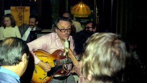 Toots Thielemans spelar gitarr på en klubb i Bryssel