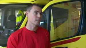 brandman vid ambulans