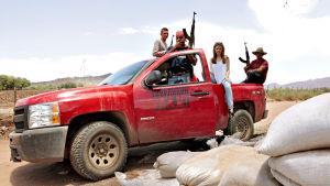 Dokumentaristi Stacey Dooley Autodefensas-ryhmän kanssa.