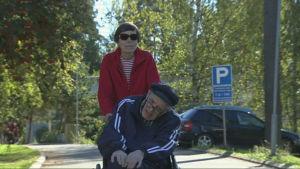 Märta och Robin Hackman ute på promenad