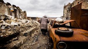Gammal dam bland ruiner i Ukraina