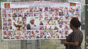 bilder på boko haram-misstänkta upphängda på vägg i nigeria