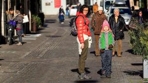 Lotta Stenroos tyttärensä kanssa kadulla