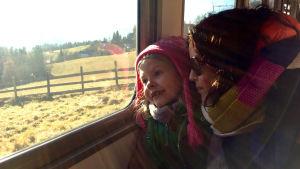 Lotta Stenroos junassa tyttärensä kanssa