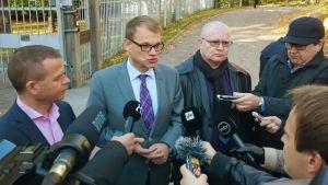 Statsminister Juha Sipilä möter journalister utanför Villa Bjälbo, 5 oktober 2016.