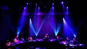 Elektronimuusikoita lavalla
