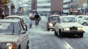 Liikennettä loskaisella kadulla Rovaniemellä.