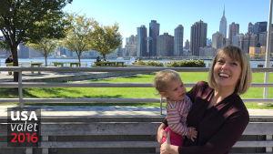 Rebecca Hollis bär på sin dotter Charlotte i stadsdelen Queens i New York.