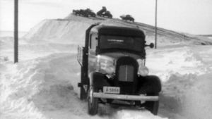 Lastbil kör snö till hamn, 1946 (?)