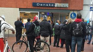 Människor har samlats utanför Danske bank i östar centrum.
