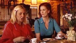 Fakta homman Pirre kahvipöydässä Aira Samulinin kanssa Hyrsylän mutkassa Lohjalla.