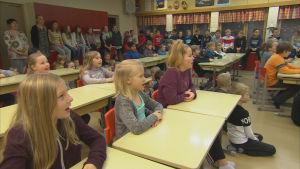 Elever sjunger tillsammans i klassrum