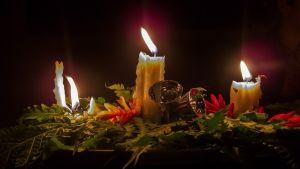 Stämningsfull bild av brinnande julljus