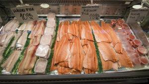 Fisk i kyldisk i saluhallen i Kuopio.