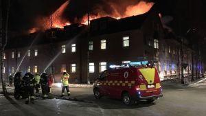 Ett 40-tal brandmän från Umeå och närliggande orter deltog i släckningsarbetet i centrum av Umeå.