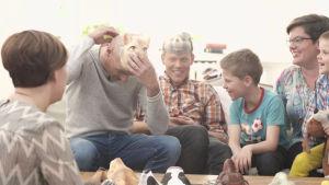 Ann Edgrens regnbågsfamilj i soffan.